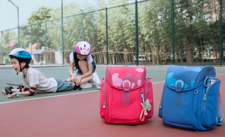 Рюкзак Mi Multi-functional children bag дети с рюкзаками на спортивной площадке