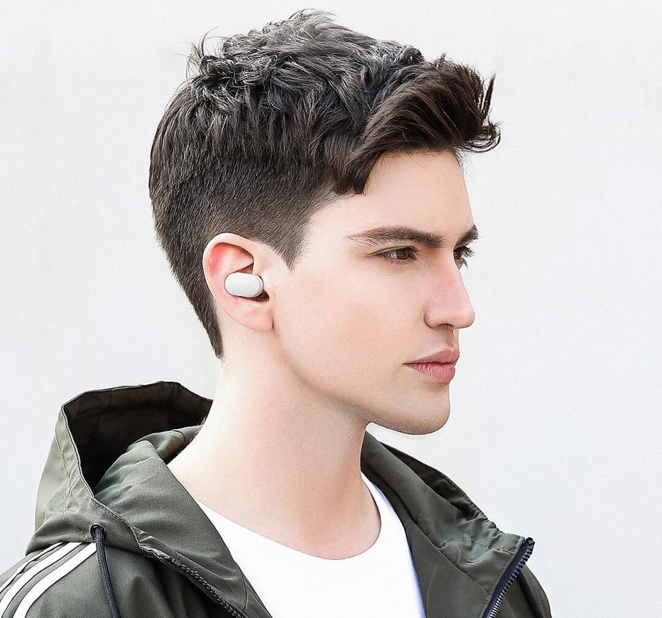 Гарнитура Mi Bluetooth Earphone Mini в ухе пользователя