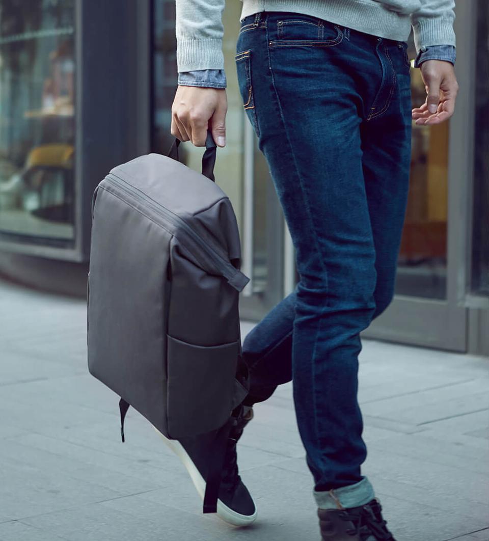 Рюкзак RunMi 90 MultiTasker в руке