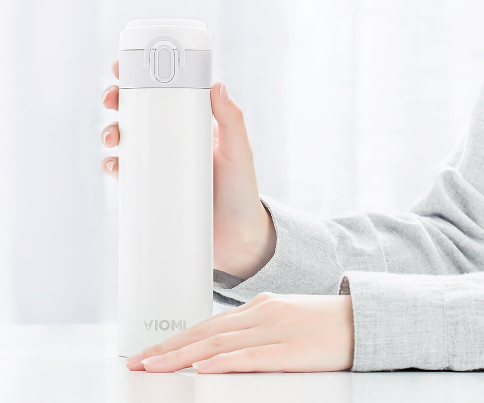 Термос Viomi Portable Thermos 300 ml на столе