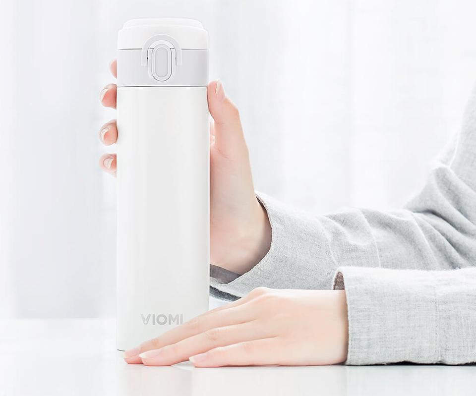 Термос Viomi Portable Thermos 300 ml на столе