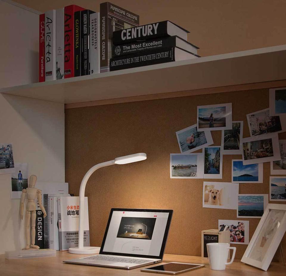 Настольная лампа Yeelight Led Table Lamp в комнате
