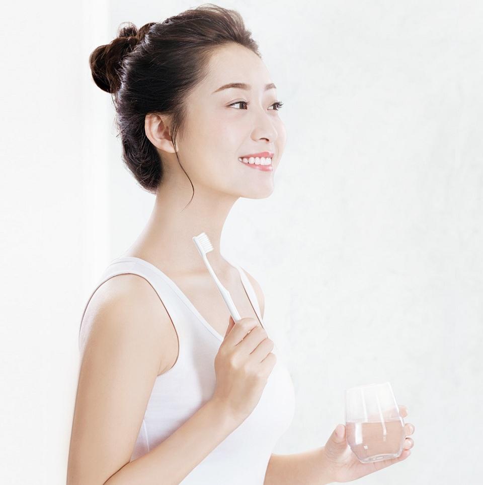 Зубная щетка DOCTOR B девушка чистит зубы