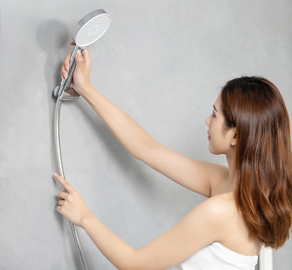 Насадка для душа DiiiB Big white shower hose set DXHS001 в руке пользователя