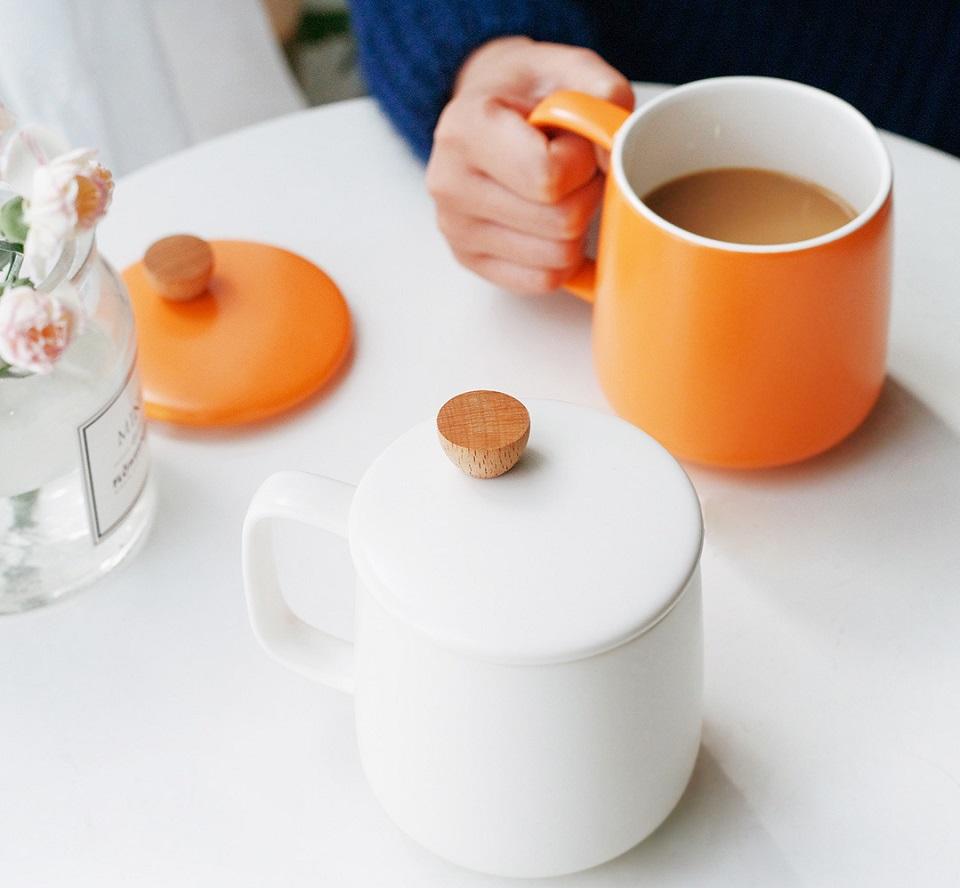 Кружка 500CC Enamel Mug Four Seasons с напитком на столе