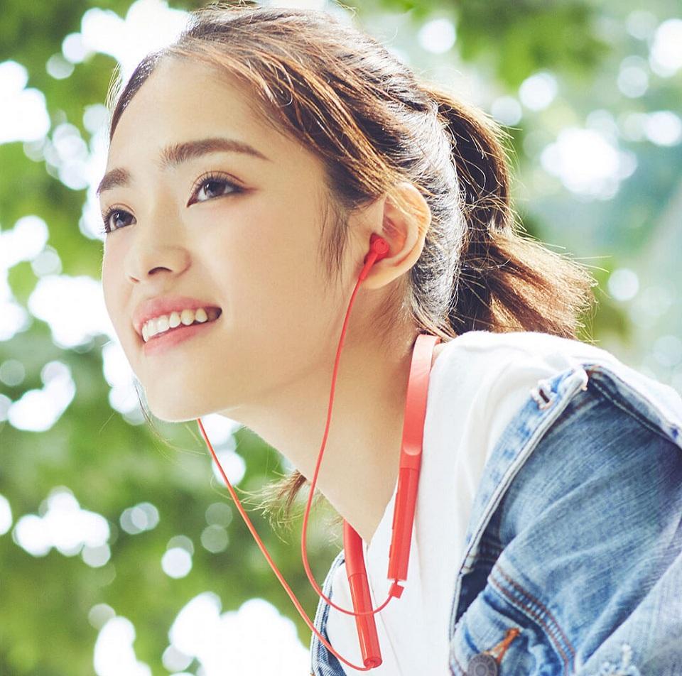 Наушники Mi Bluetooth Neckband Earphones Basic девушка в наушниках