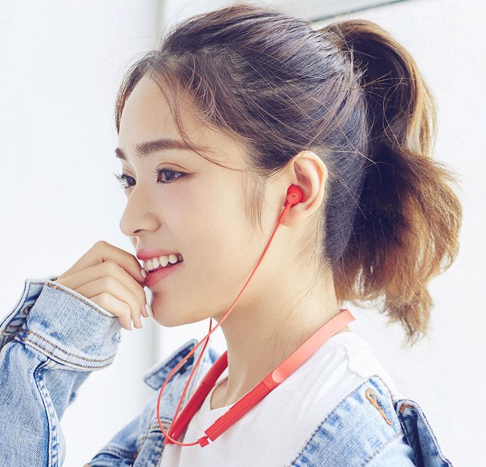 Наушники Mi Bluetooth Neckband Earphones Basic девушка в оранжевых наушниках