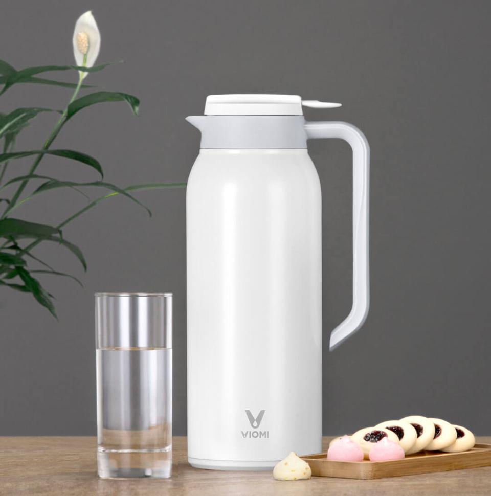 Термос Viomi stainless vacuum cup Black 1500 ml изделие на столе