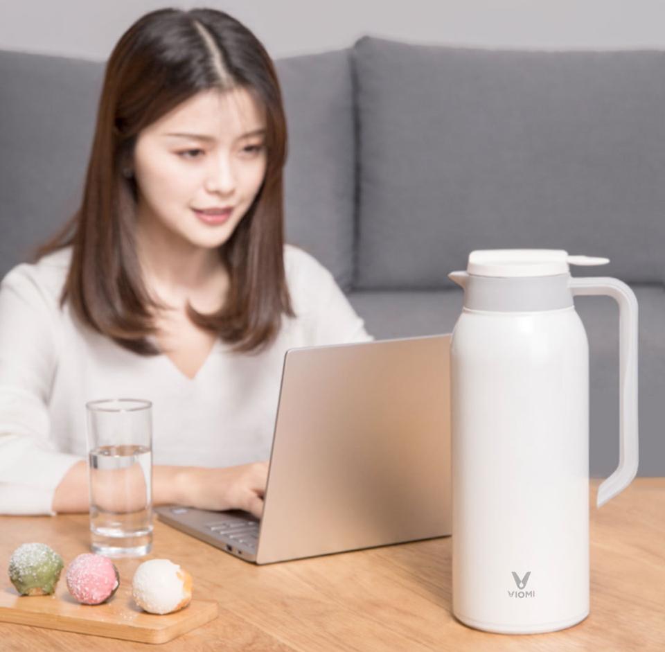 Термос Viomi stainless vacuum cup Black 1500 ml и девушка за ноутбуком