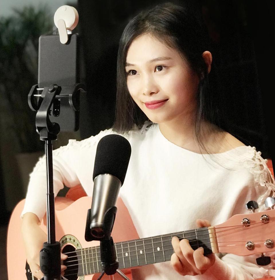 Вспышка для смартфонов Mi Selfie Light Clip White YMBGD001 играет на гитаре