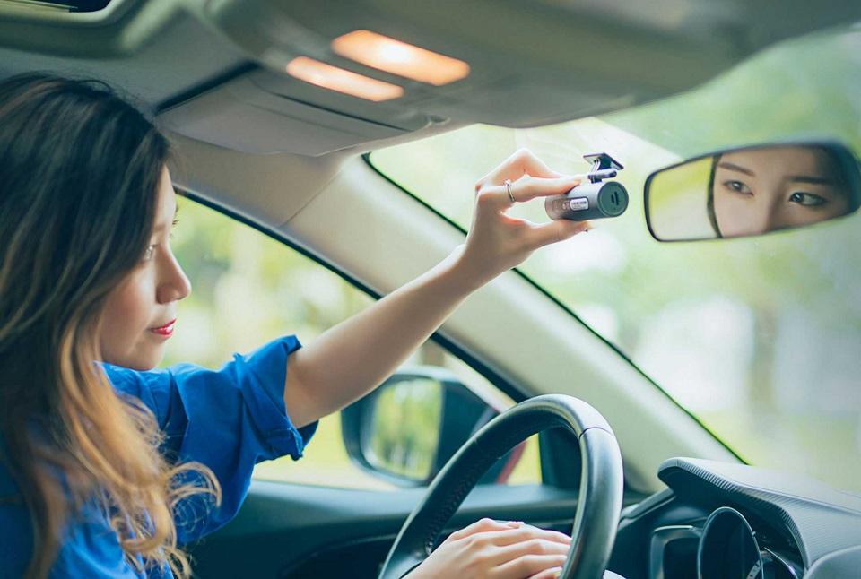Видеорегистратор 70Mai Smart Dash Cam в салоне авто