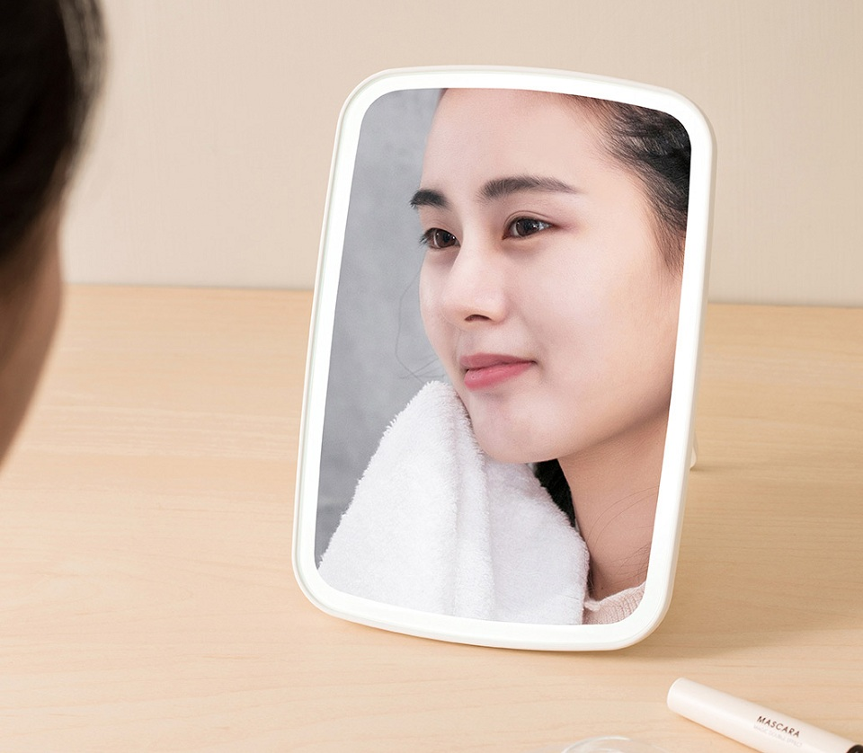 Зеркало для макияжа Jordan Judy LED Makeup Mirror (NV026) девушка в зеркале