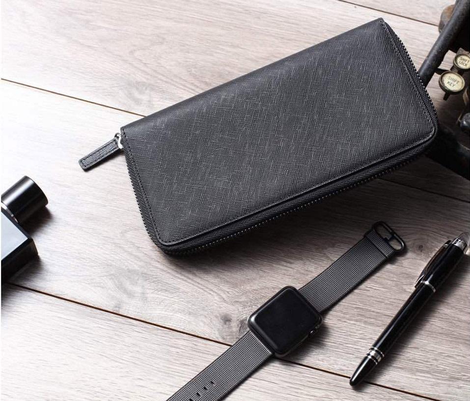 Бумажник кожаный RunMi 90 Points Long Wallet на столе