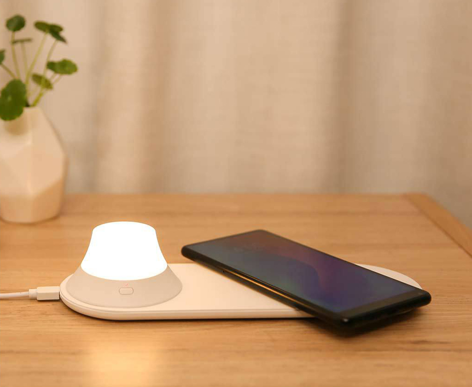 Беспроводное З/У Yeelight Wireless Charging Night Light включена