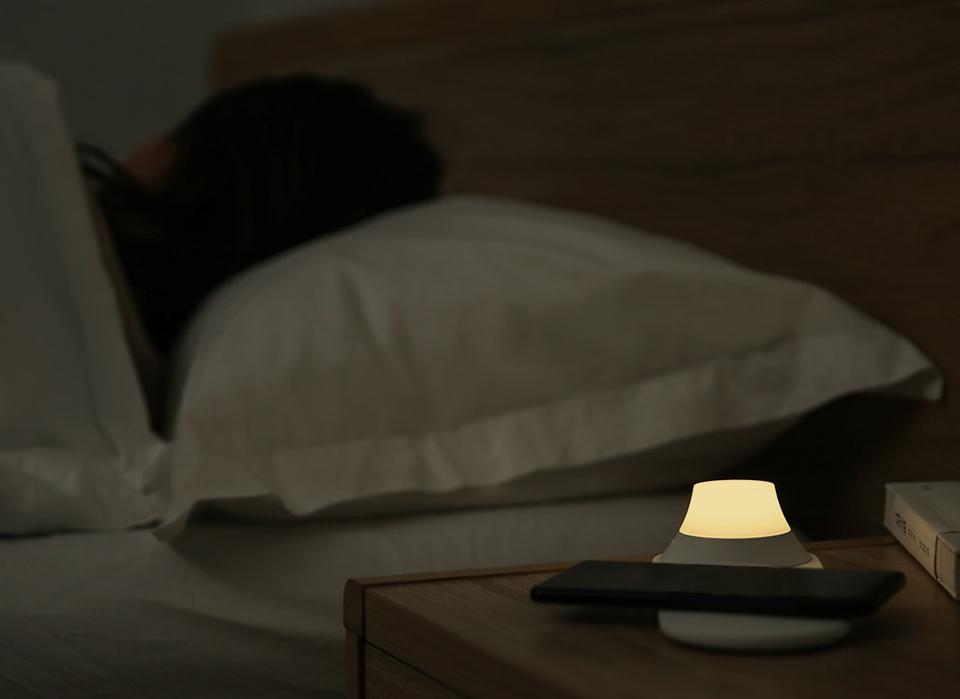 Беспроводное З/У Yeelight Wireless Charging Night Light у кровати