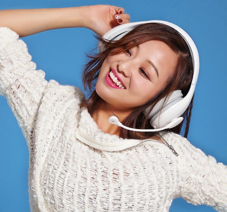 Наушники с микрофоном проводные Mi Karaoke headset девушка в наушниках