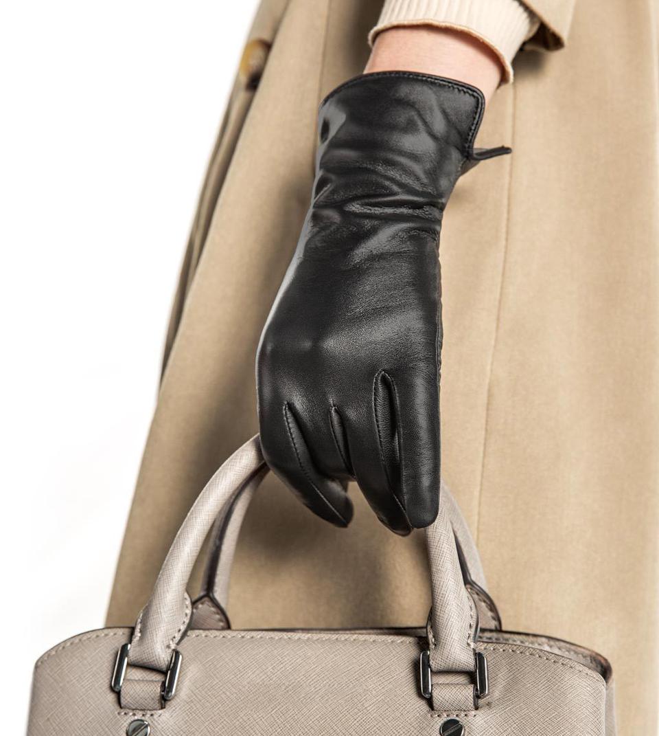 Перчатки кожаные мужские QIMIAN на руках девушки