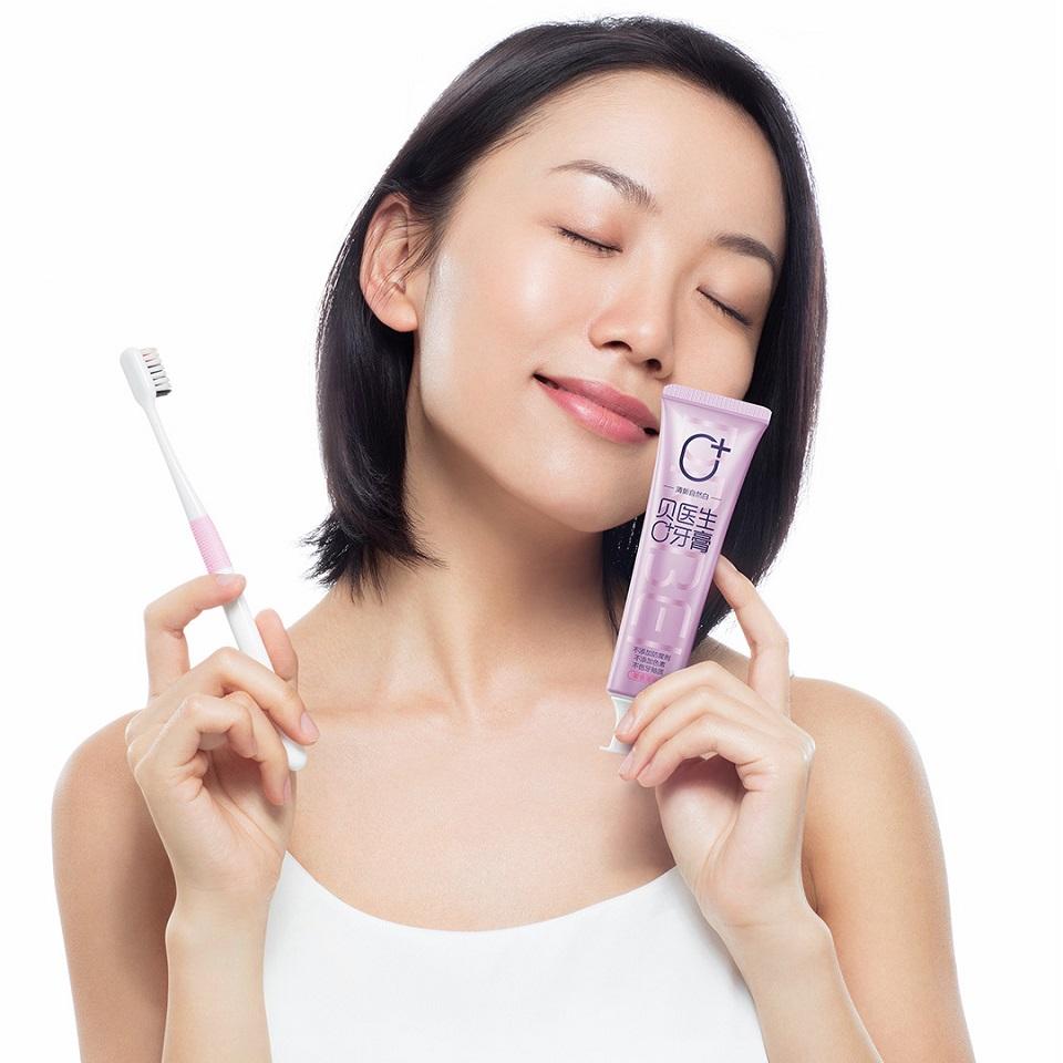 Зубная паста Doctor B Toothpaste девушка с тюбиком и щеткой в руке