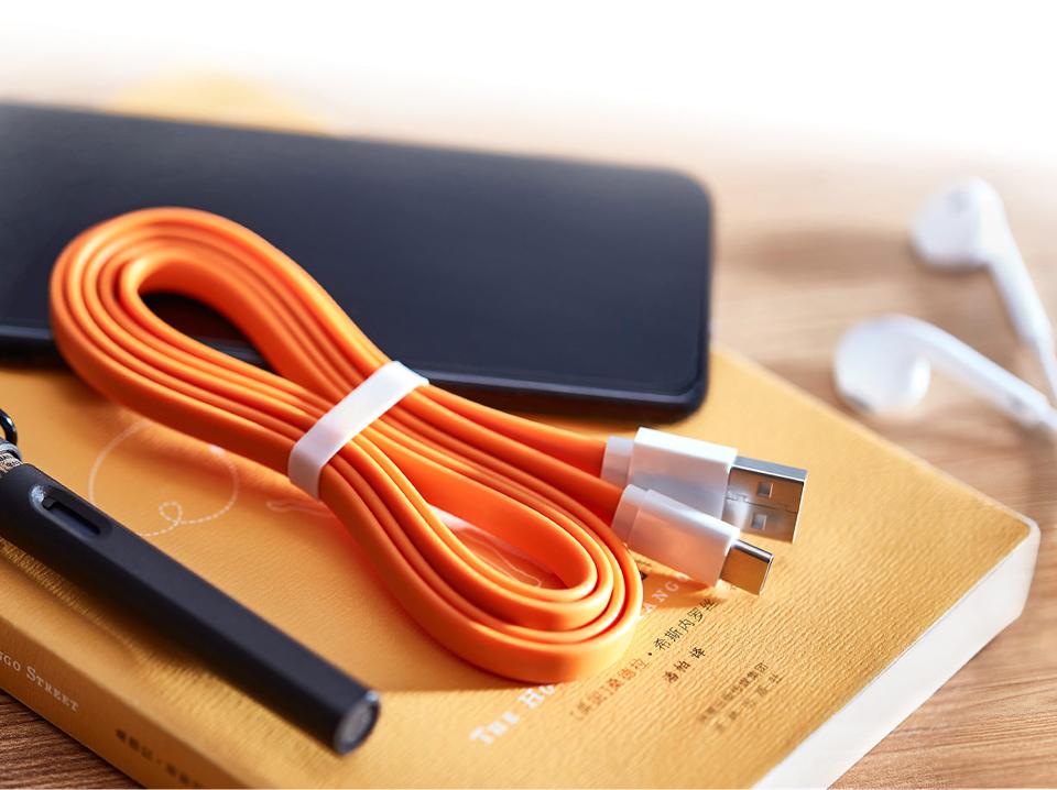 Кабель Mi Colorful Portable USB - Type-C 120CM Grey рядом с девайсами