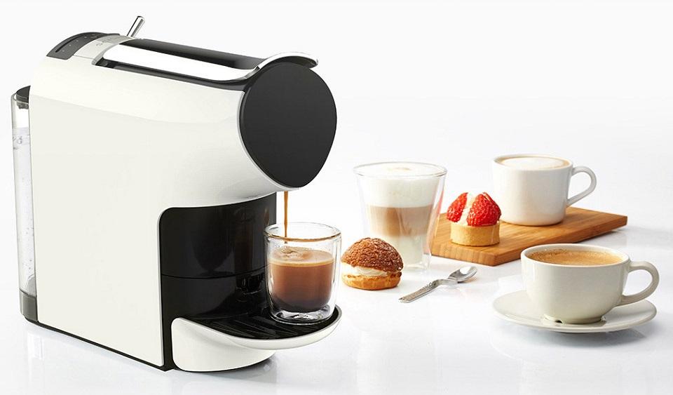 Кофемашина Scishare Coffee Machine вид сбоку нас столе рядом со сладостями