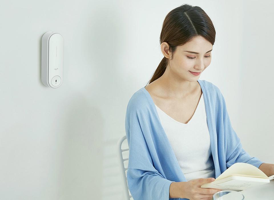 Освежитель воздуха DEERMA Slider Automatic Aerosol dispenser White DEM-PX830 девушка на кухне